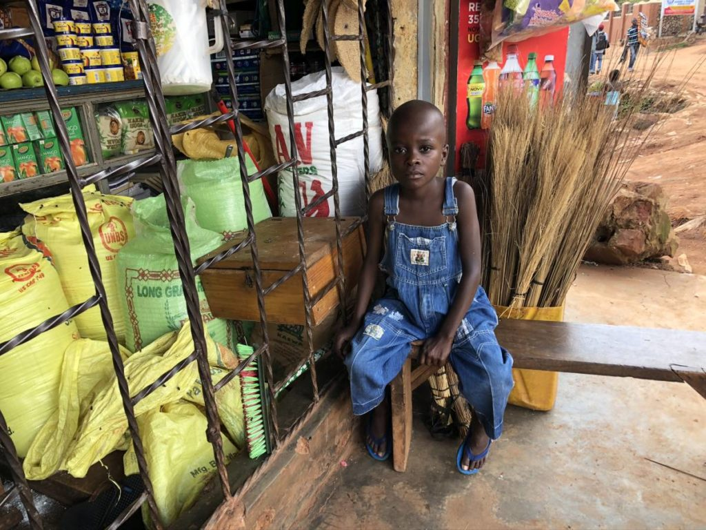 Junge am Lebensmittel Shop in Kampala (Uganda)